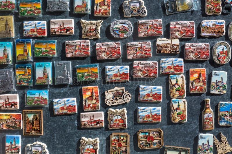 CESKY KRUMLOV, REPUBBLICA CECA - APRILE 2018: Molti ricordi turistici dei magneti sulla finestra del negozio in Cesky Krumlov, Bo immagine stock libera da diritti