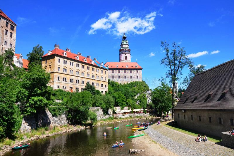 Cesky Krumlov, repubblica Ceca - 9 luglio 2015: Vista del castello e del fiume in Cesky Krumlov fotografia stock libera da diritti