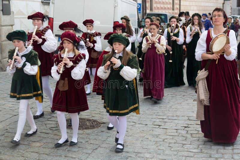 Cesky Krumlov, republika czech - Czerwiec, 2017: Młodzi muzycy są chodzący cent trąbki na Cesky Krumlov ulicach i bawić się podcz fotografia stock