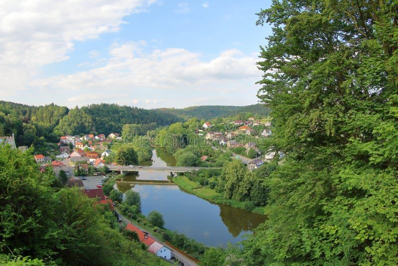 Cesky Sternberk e fiume di Sazava, Cechia fotografia stock