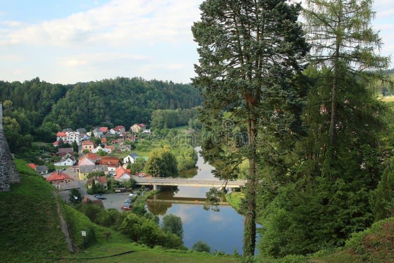 Cesky Sternberk und Sazava-Fluss, Czechia stockfotos