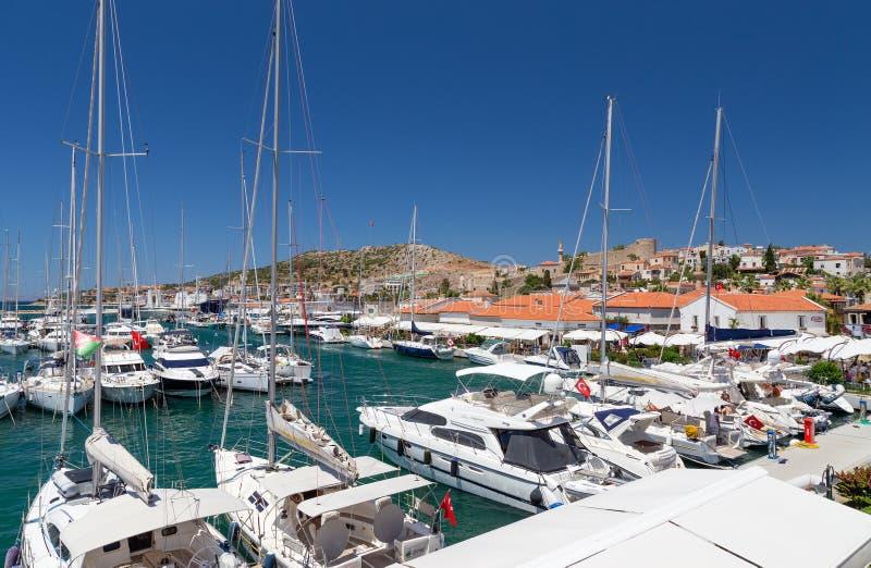 Cesme小游艇船坞和城堡视图,土耳其 免版税库存照片