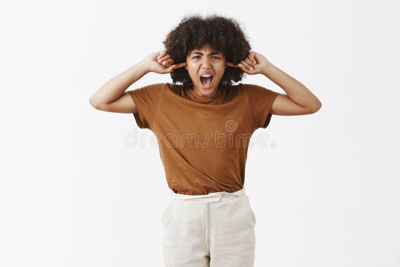 Cessez de hurler à moi ne peut pas l'entendre Portrait de femme malheureuse contrariée tracassée et contrariée d'Afro-américain a photos stock