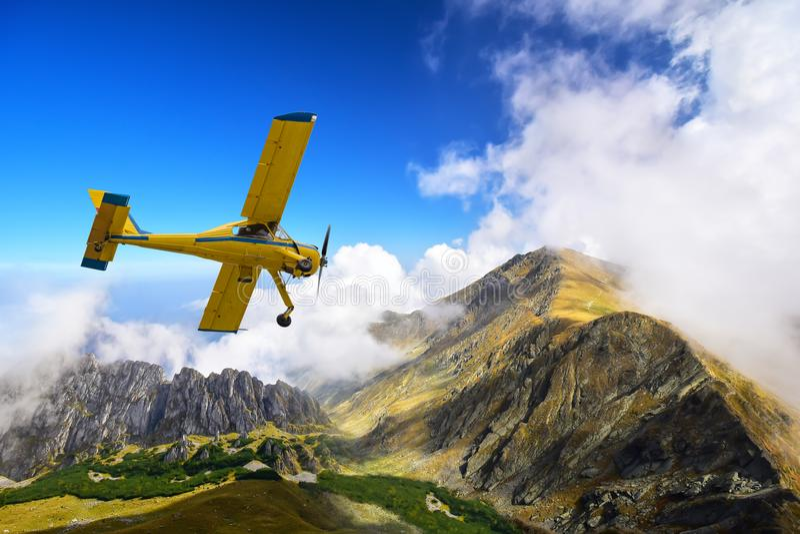 Cessna-Fläche über Carphatian-Bergspitzen lizenzfreies stockfoto
