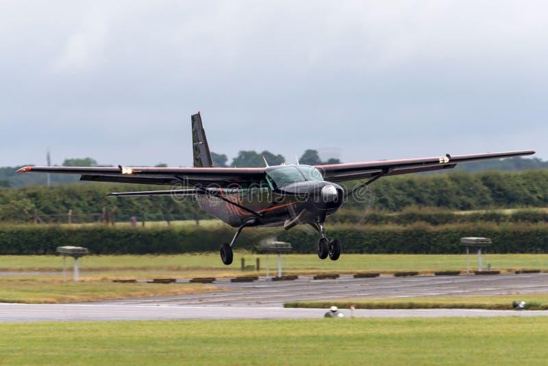 Cessna 208 husvagn G-DLAA på inställningen som ska landas royaltyfri bild