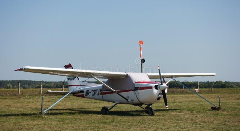 Cessna 172 på flygfältet arkivbild