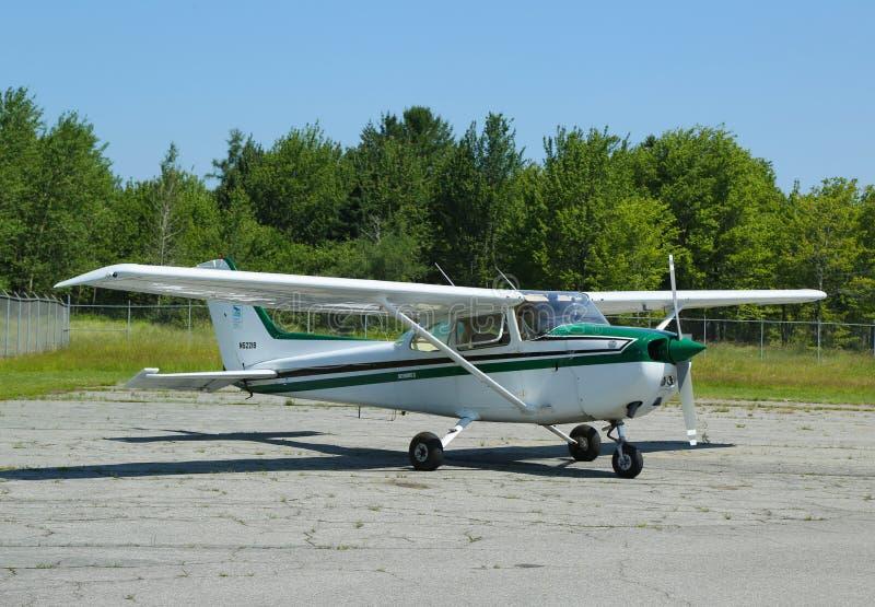 Cessna 172P nivå i flygplats för Hancock County stånghamn i Maine arkivbild