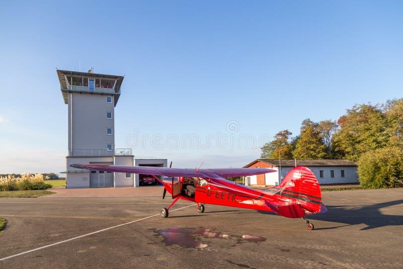 Cessna rojo clásico 170 aviones imagen de archivo libre de regalías