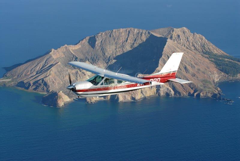 Cessna182 sobre la isla blanca fotografía de archivo libre de regalías