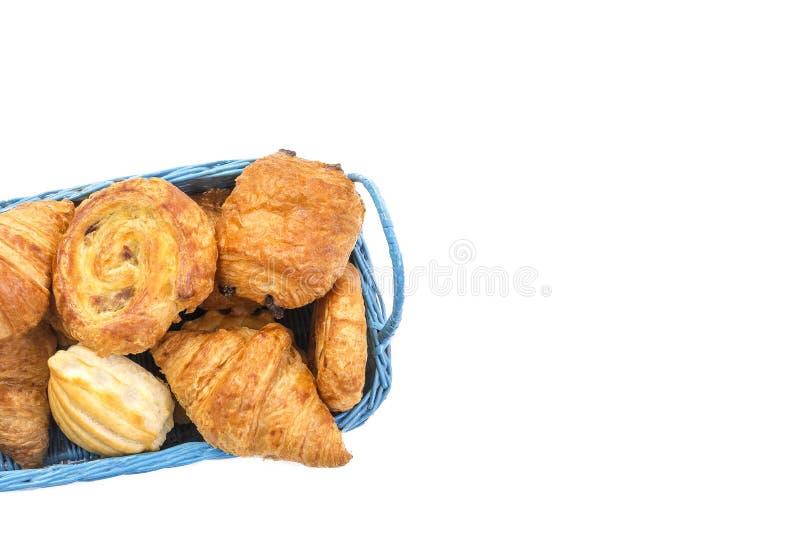 Cesta azul da variedade do alimento de café da manhã das pastelarias no espaço branco da cópia fotografia de stock royalty free