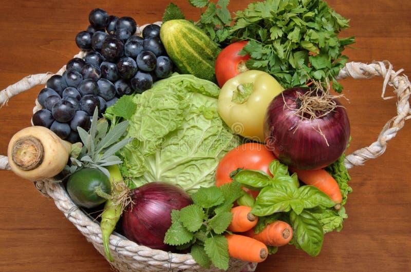 Cesta blanca con las verduras y la fruta sanas frescas fotografía de archivo libre de regalías