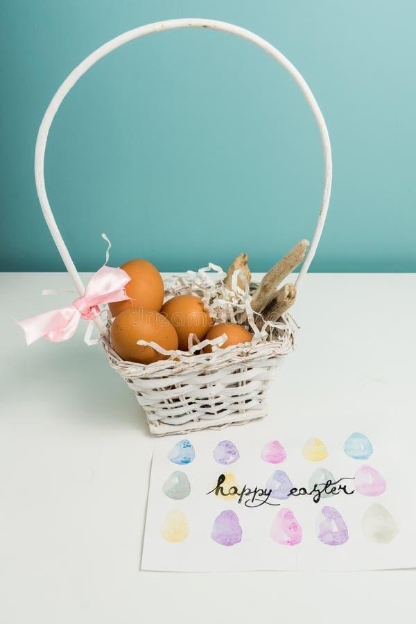 Cesta blanca con los huevos de Pascua foto de archivo libre de regalías