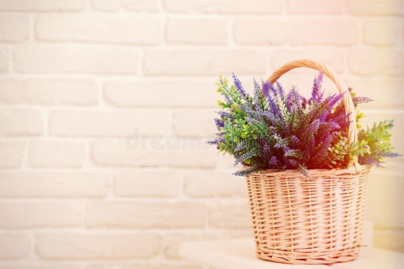 A cesta branca com alfazema floresce o ramalhete imagens de stock royalty free