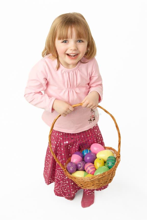 Cesta carreg da rapariga enchida com os ovos de Easter imagem de stock royalty free