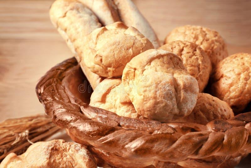 Cesta cocida con pan fresco imagen de archivo