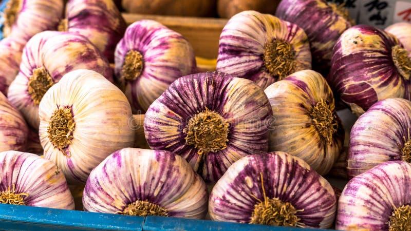 Cesta com alho no mercado do alimento biológico fotografia de stock royalty free