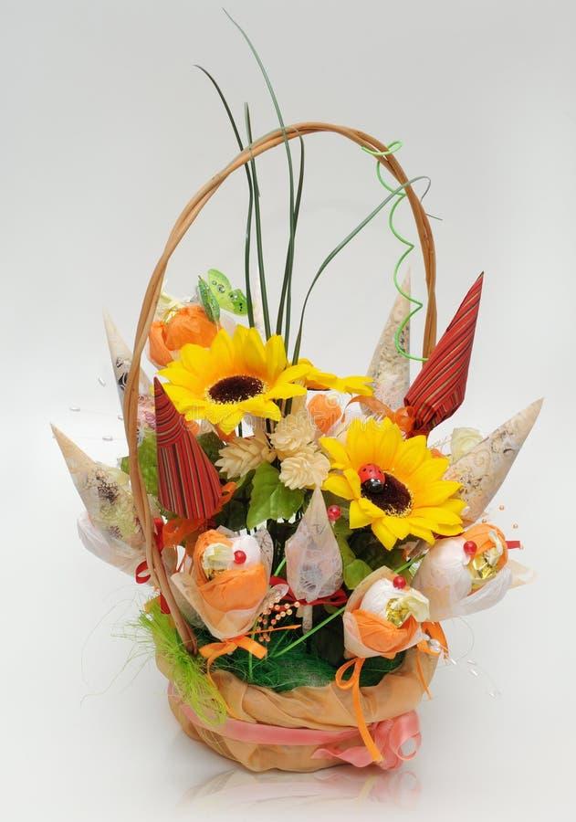Cesta com as flores Handmade para o presente foto de stock