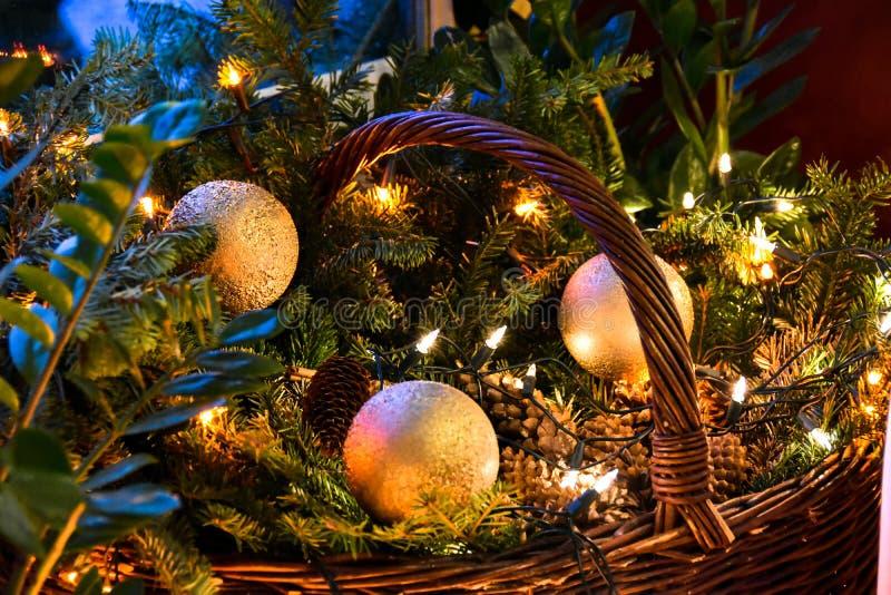 Cesta com decorações do Natal, ano novo foto de stock