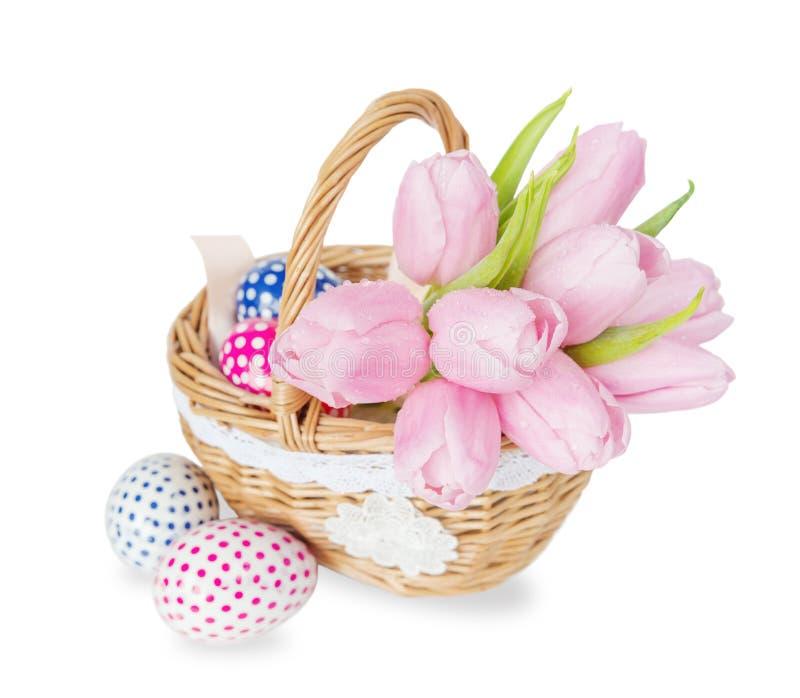 Cesta com flores e ovos da páscoa foto de stock royalty free