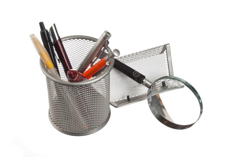 Cesta com lápis e penas no livro fotografia de stock