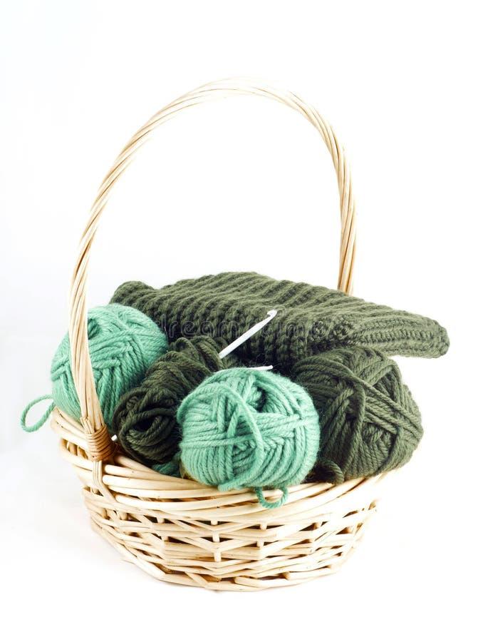 A cesta com lãs verdes e faz crochê fotografia de stock royalty free