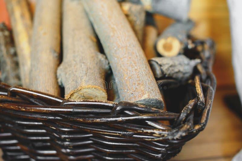 Cesta com lenha no assoalho na casa da vila fotos de stock royalty free