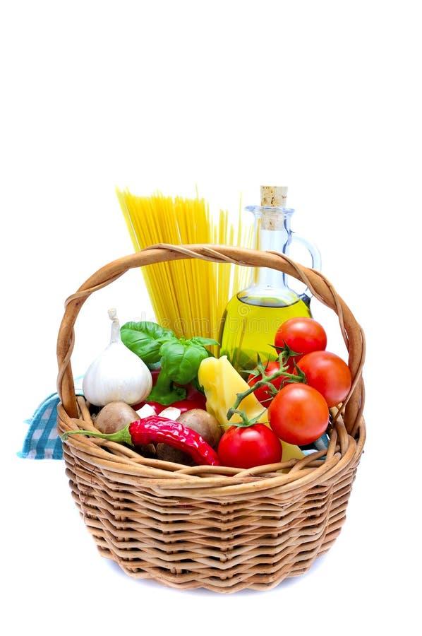 Cesta com os ingredientes de alimento italianos fotos de stock
