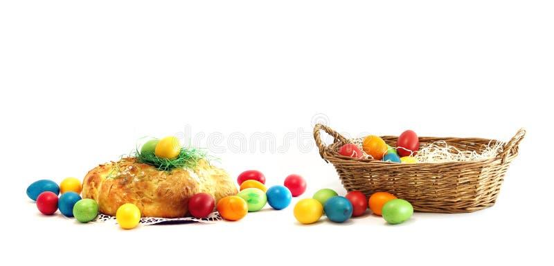 Cesta com os ovos da páscoa com a dobra do pão das pastelarias do fermento do Chalá imagem de stock