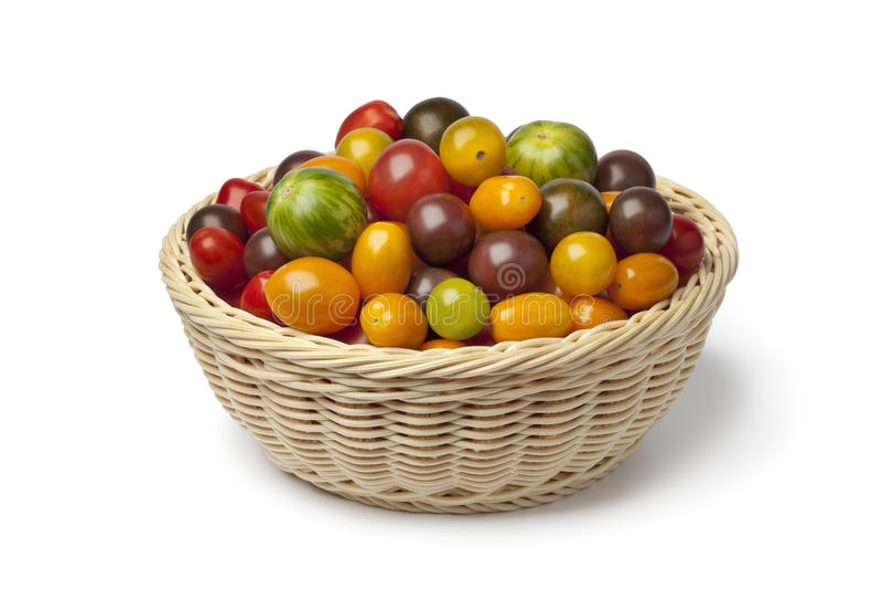 Cesta com os tomates orgânicos da cor diferente fotografia de stock