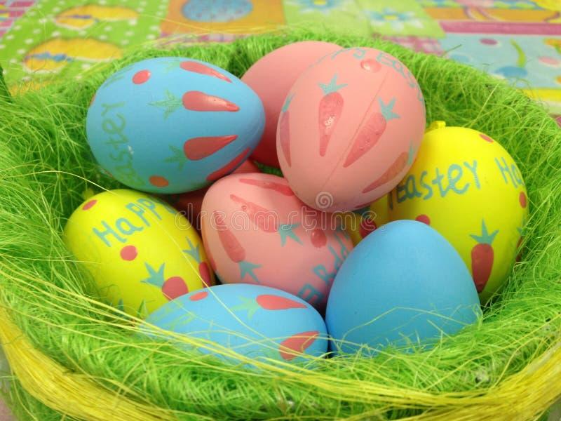 Cesta com ovos da páscoa coloridos fotos de stock