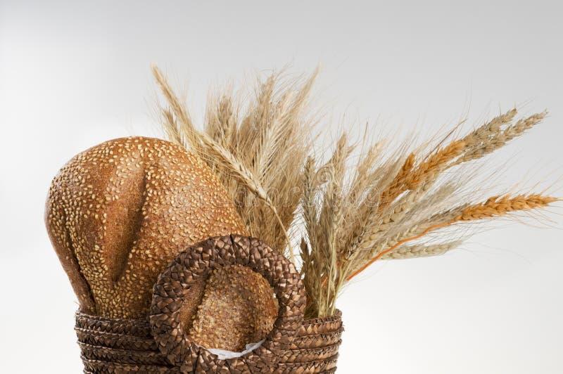 Cesta com pão e cereais da grão. fotografia de stock