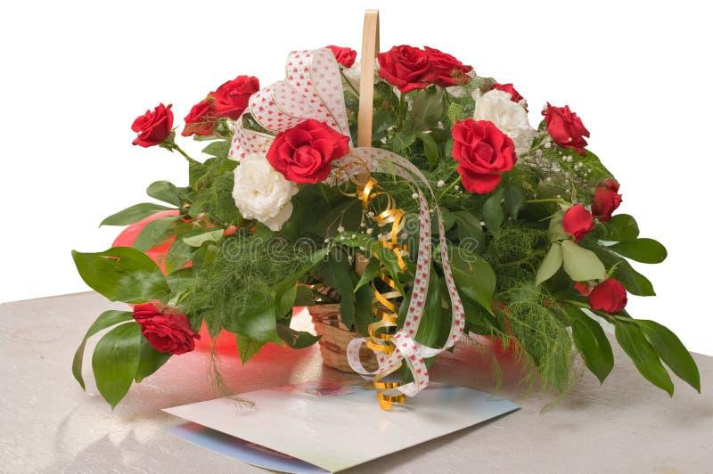 Cesta com rosas e um cartão - é isolado. imagens de stock