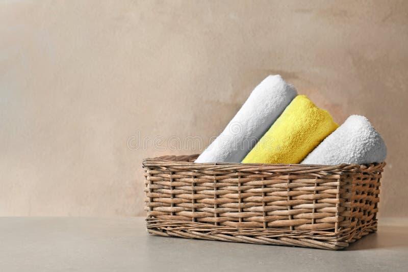 Cesta com toalhas limpas imagem de stock