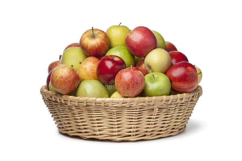 Cesta com tipos diferentes de maçãs fotografia de stock