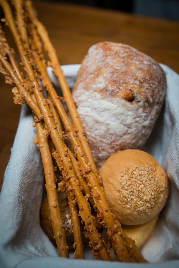 Cesta con diversos tipos de pan imagen de archivo