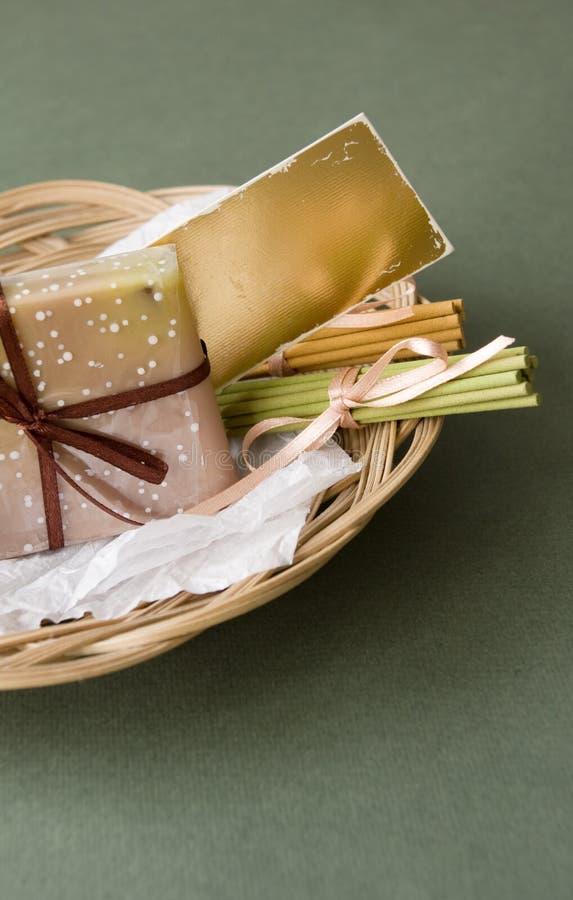 Cesta con el jabón y los palillos aromáticos foto de archivo libre de regalías