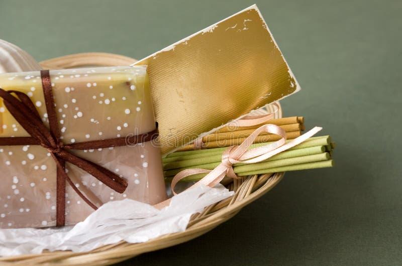 Cesta con el jabón y los palillos aromáticos imagen de archivo