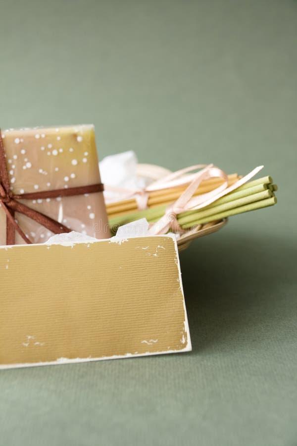 Cesta con el jabón y los palillos aromáticos fotografía de archivo libre de regalías