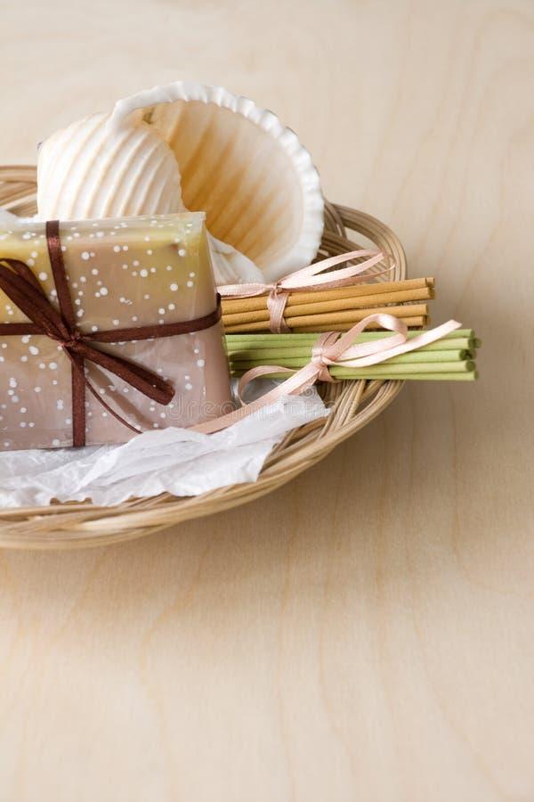 Cesta con el jabón y los palillos aromáticos imágenes de archivo libres de regalías