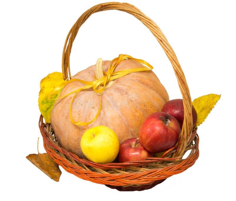 Cesta con la calabaza y las manzanas foto de archivo libre de regalías