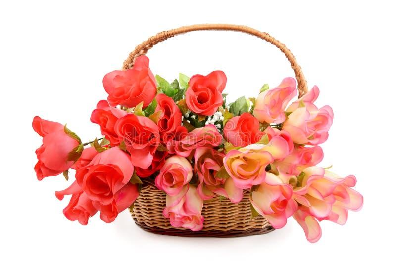 Cesta con las flores artificiales foto de archivo