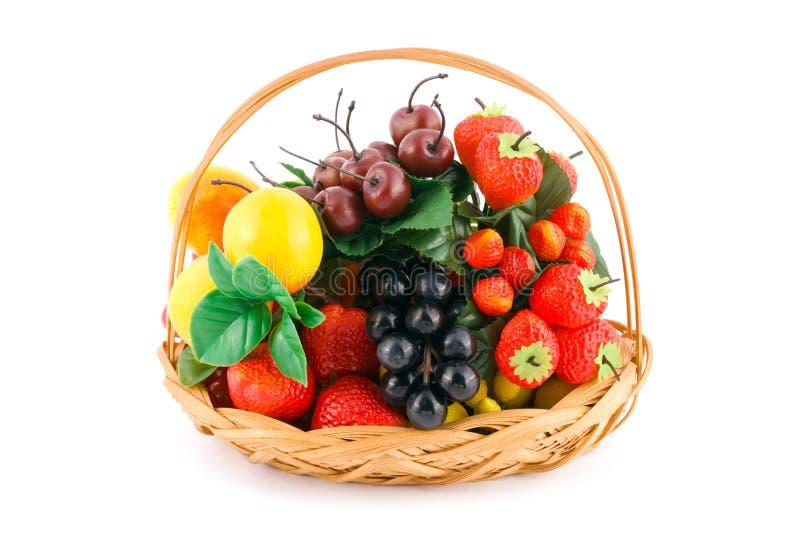Cesta con las frutas imagen de archivo