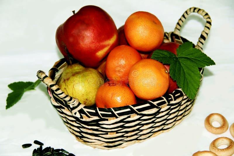 Cesta con las frutas jugosas y brillantes imagen de archivo libre de regalías