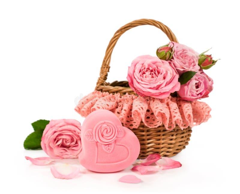 Cesta con las rosas y la caja de regalo fotografía de archivo libre de regalías