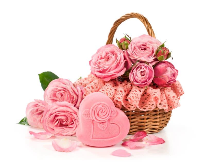 Cesta con las rosas y la caja de regalo foto de archivo
