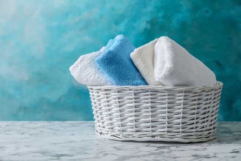 Cesta con las toallas limpias imagen de archivo