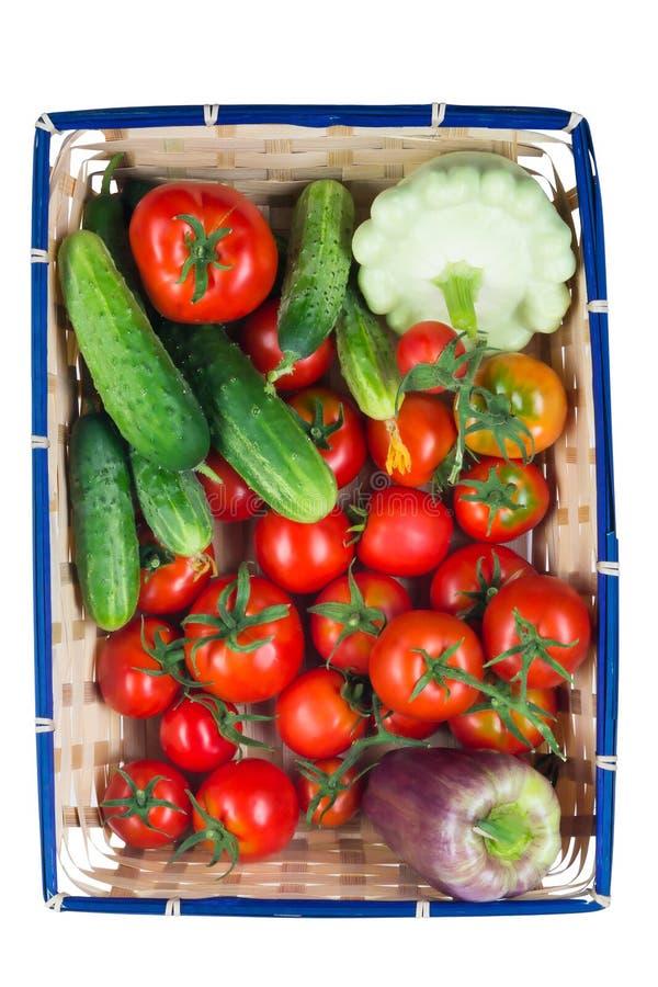 Cesta con las verduras para la ensalada en el fondo blanco fotografía de archivo