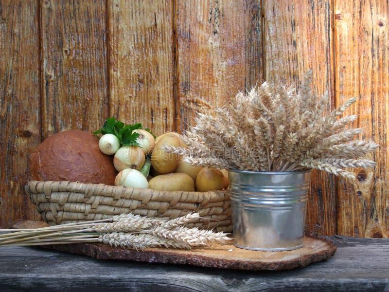 Cesta con las verduras y el grano foto de archivo libre de regalías