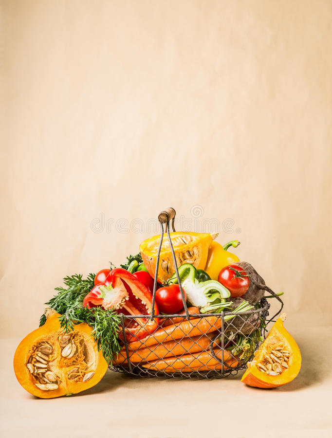 Cesta con las verduras y la calabaza orgánicas de la cosecha del jardín Autumn Seasonal Food fotos de archivo