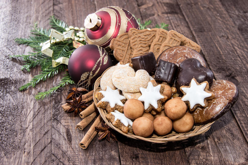 Cesta con los dulces de la Navidad imagen de archivo